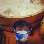 麹から仕込んで造った甘酒(ノンアルコール)と酢飯(手巻き寿司)の競演。米って、まいう。#大晦日