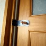 [猫がドアを開ける問題に終止符!]DIYで引き戸にカギを後付けする方法(しかも両側から開け閉め可能)